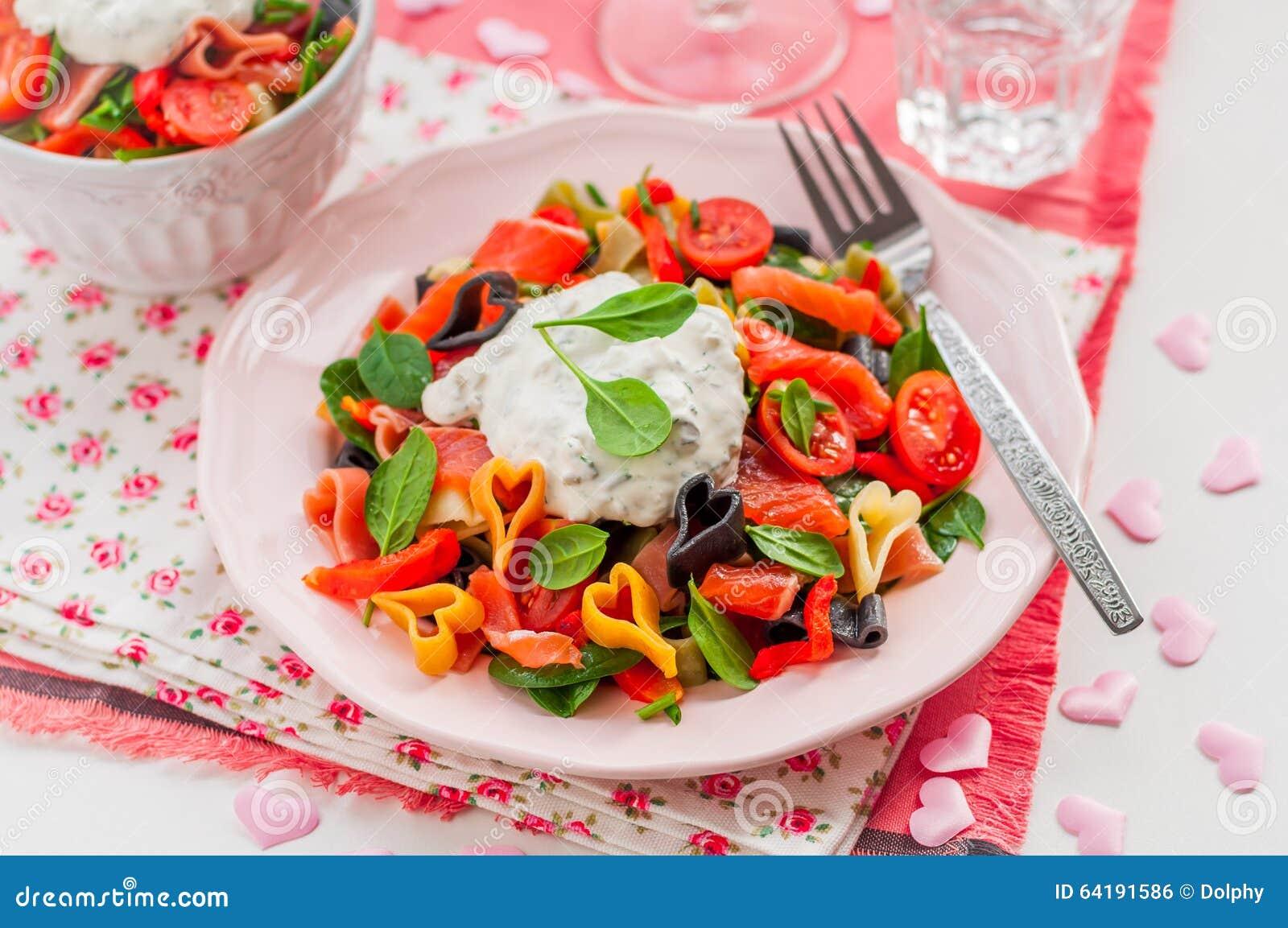 Salade de pâtes saumonée et en forme de coeur avec le habillage crémeux