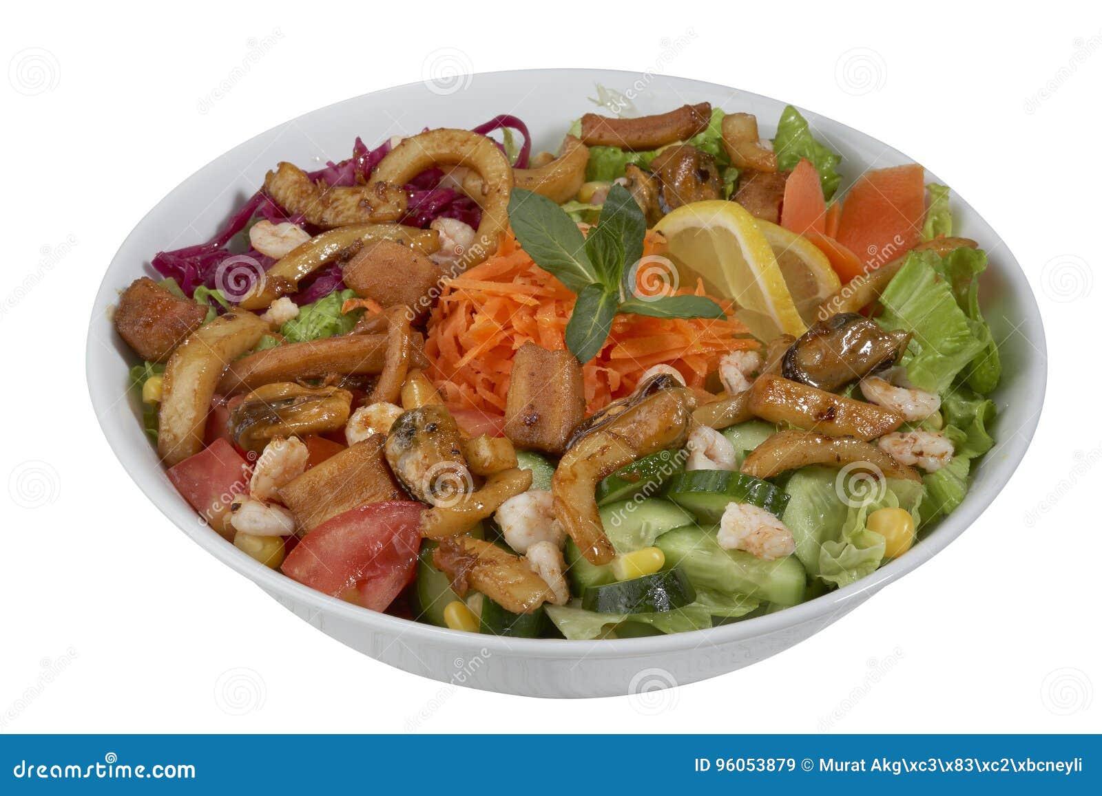 Salade de poissons et de légume sur un fond blanc