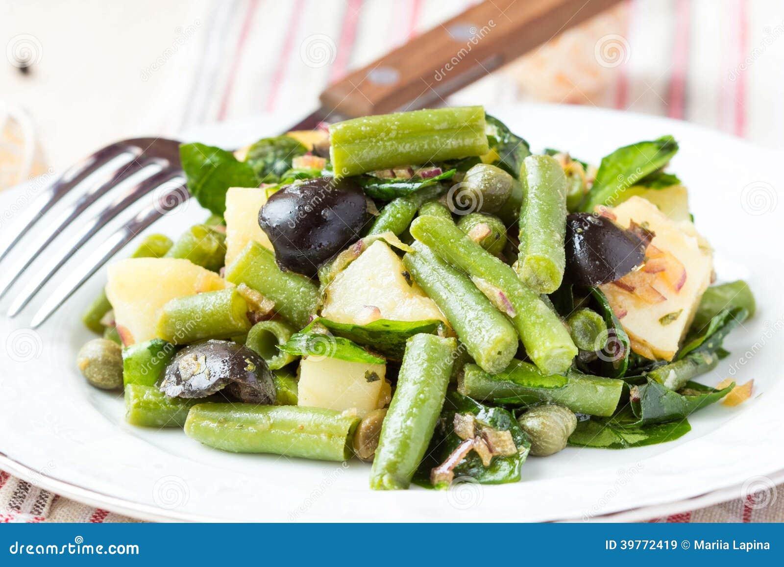 salade de pomme de terre avec les haricots verts olives c pres oignons d licieux image stock. Black Bedroom Furniture Sets. Home Design Ideas
