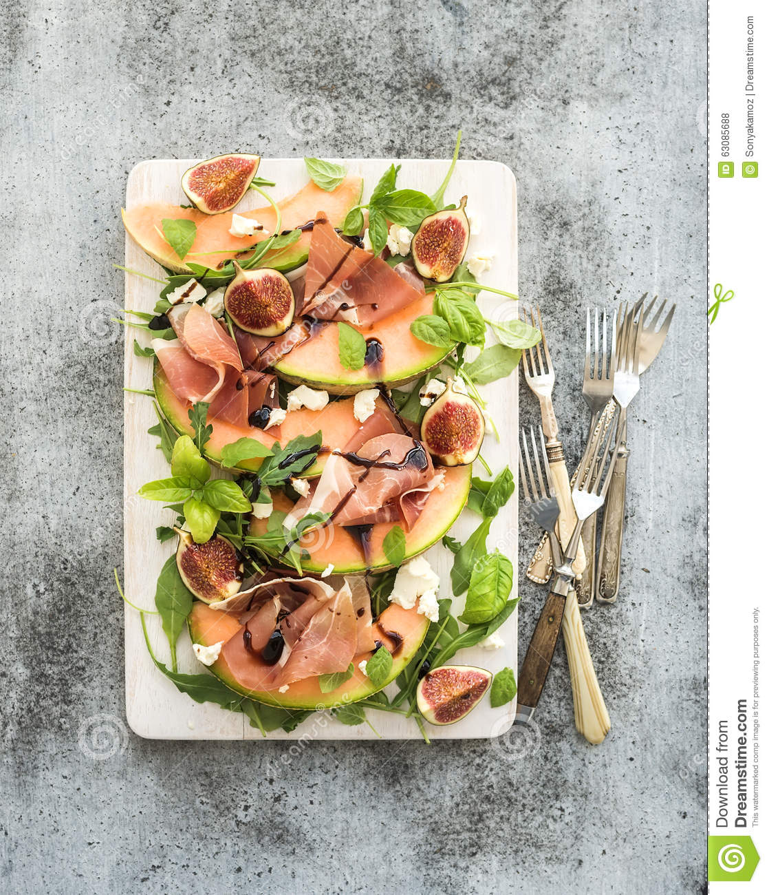 Download Salade De Prosciutto, De Melon, De Figue Et De Fromage à Pâte Molle Sur A Photo stock - Image du jambon, panneau: 63085688