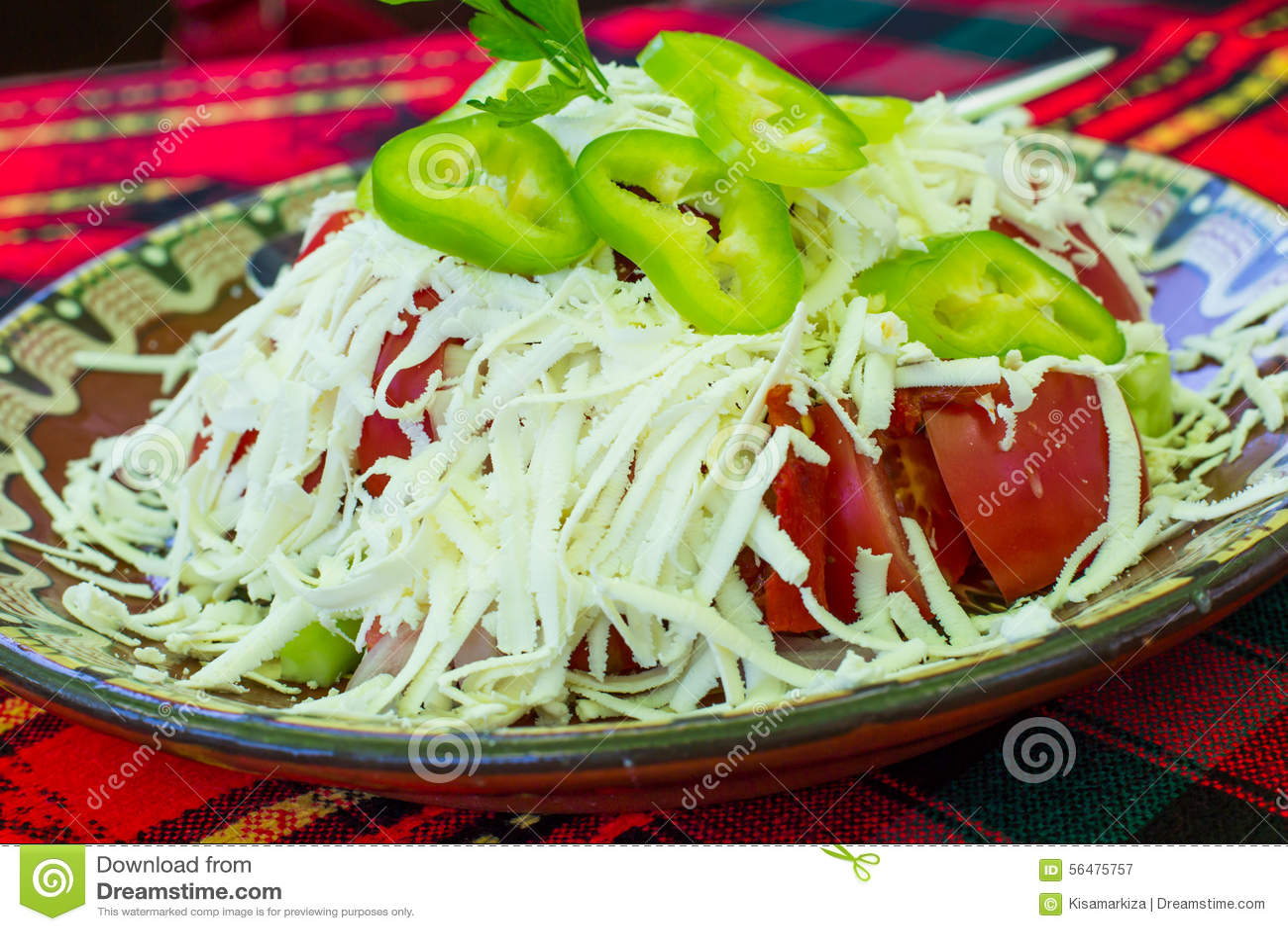 Salade de Shopsky de Bulgare faite de tomates, concombres et fromage