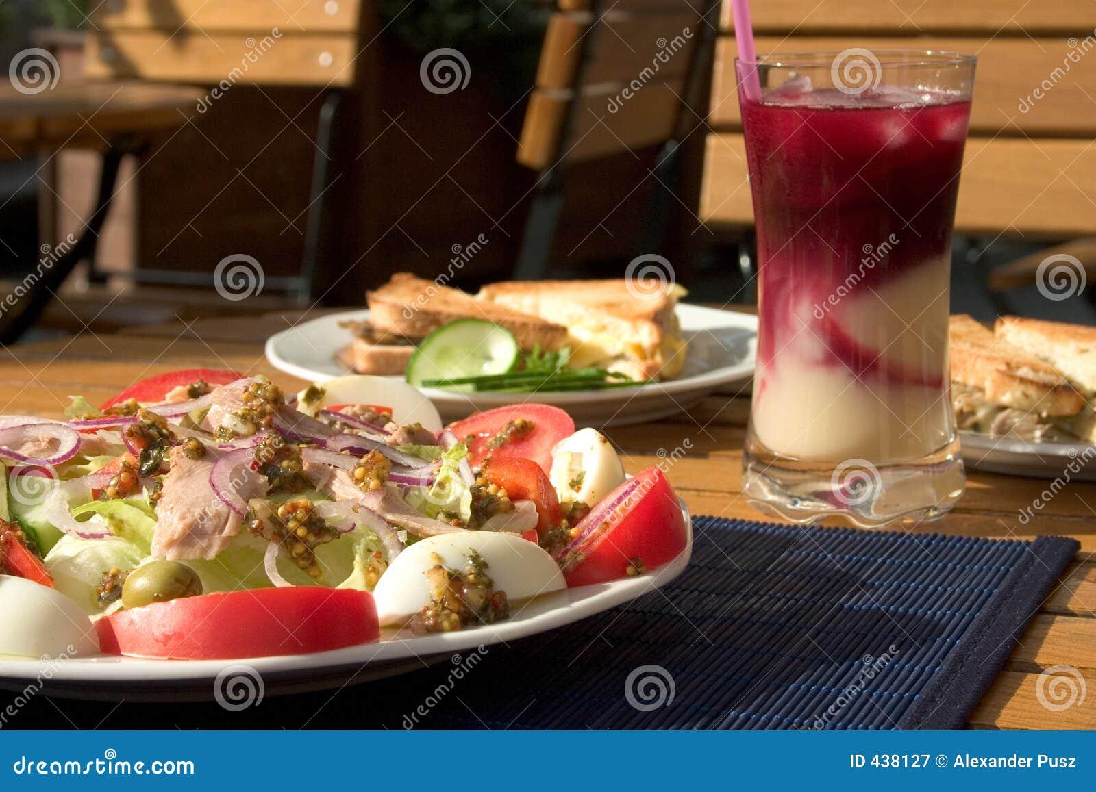 Salade et pains grillés