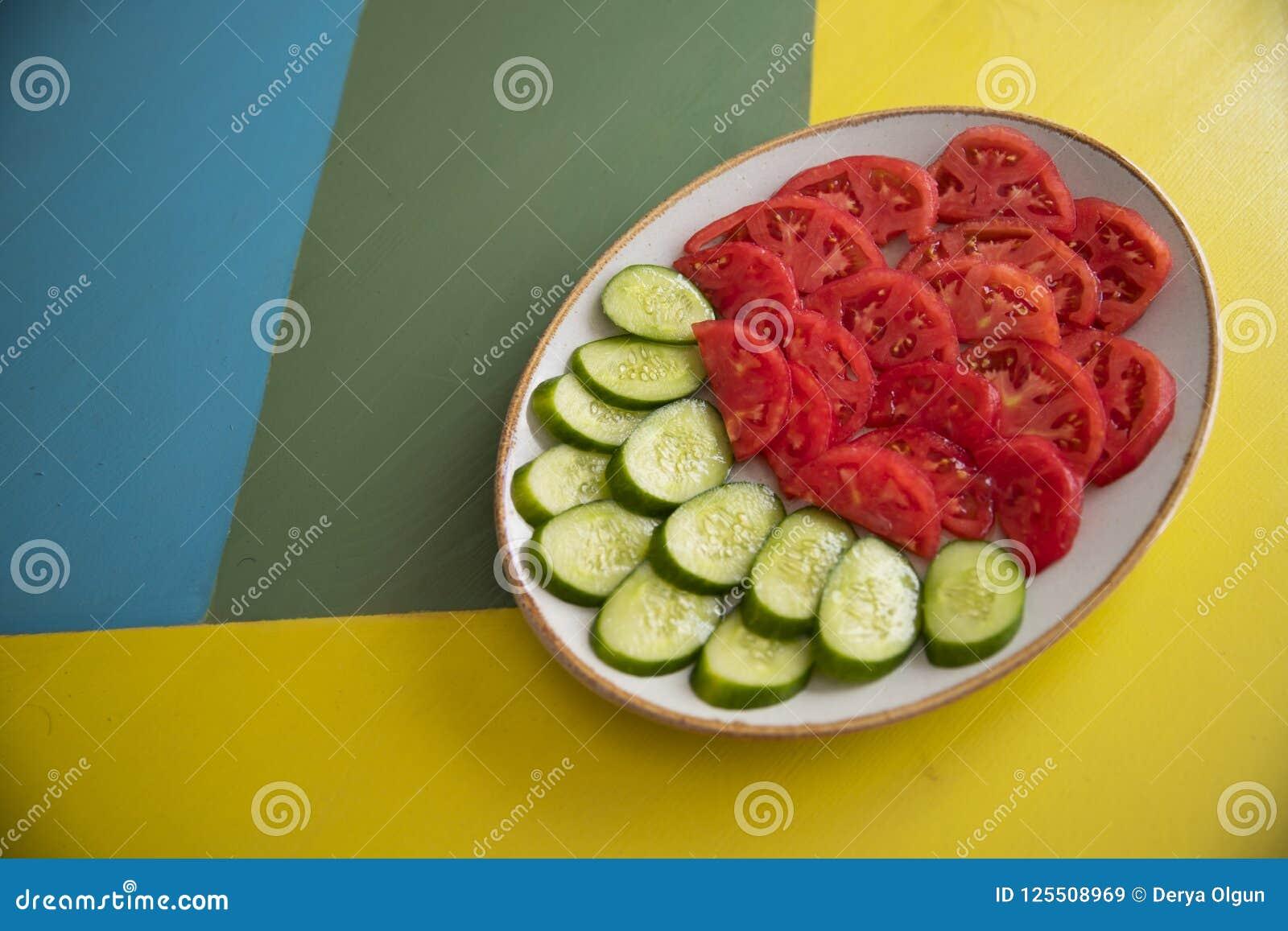 Salade et tomate sur la table