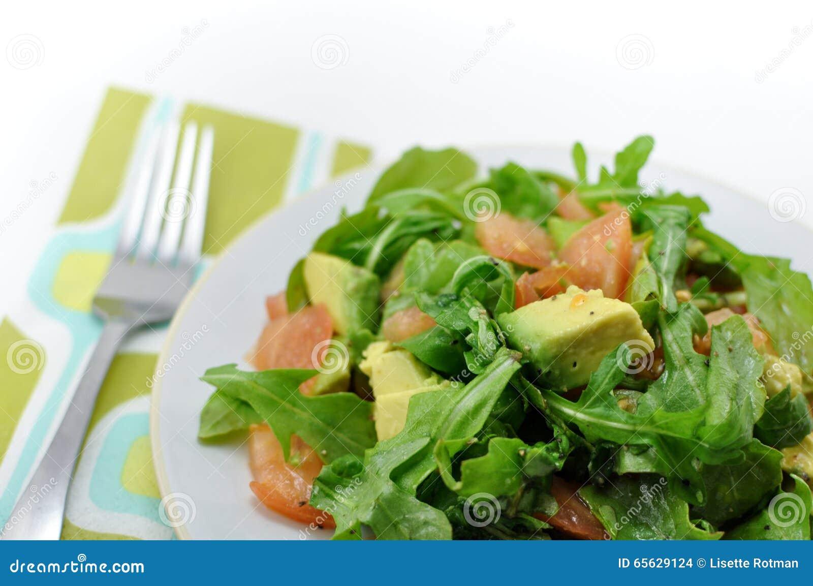 Salade fraîche et saine d arugula, tomate et avocat