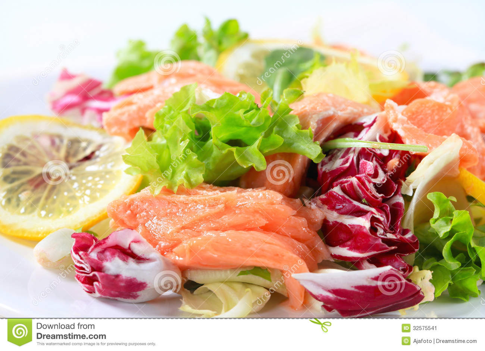 salade fumée de truite image stock. image du calorie - 32575541