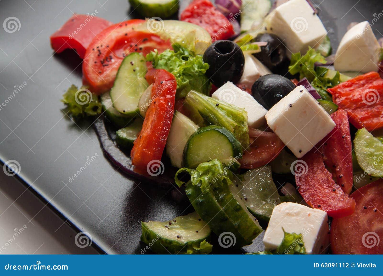 Download Salade Grecque Traditionnelle De Plat Noir Photo stock - Image du vert, fromage: 63091112