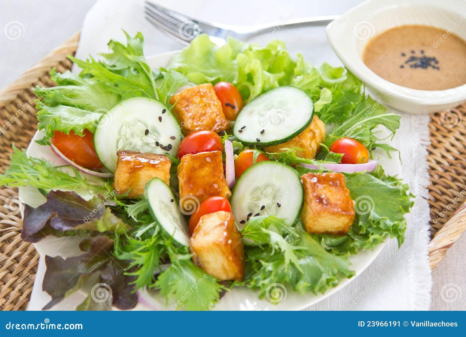 Salade grillée de tofu avec la rectification de sésame
