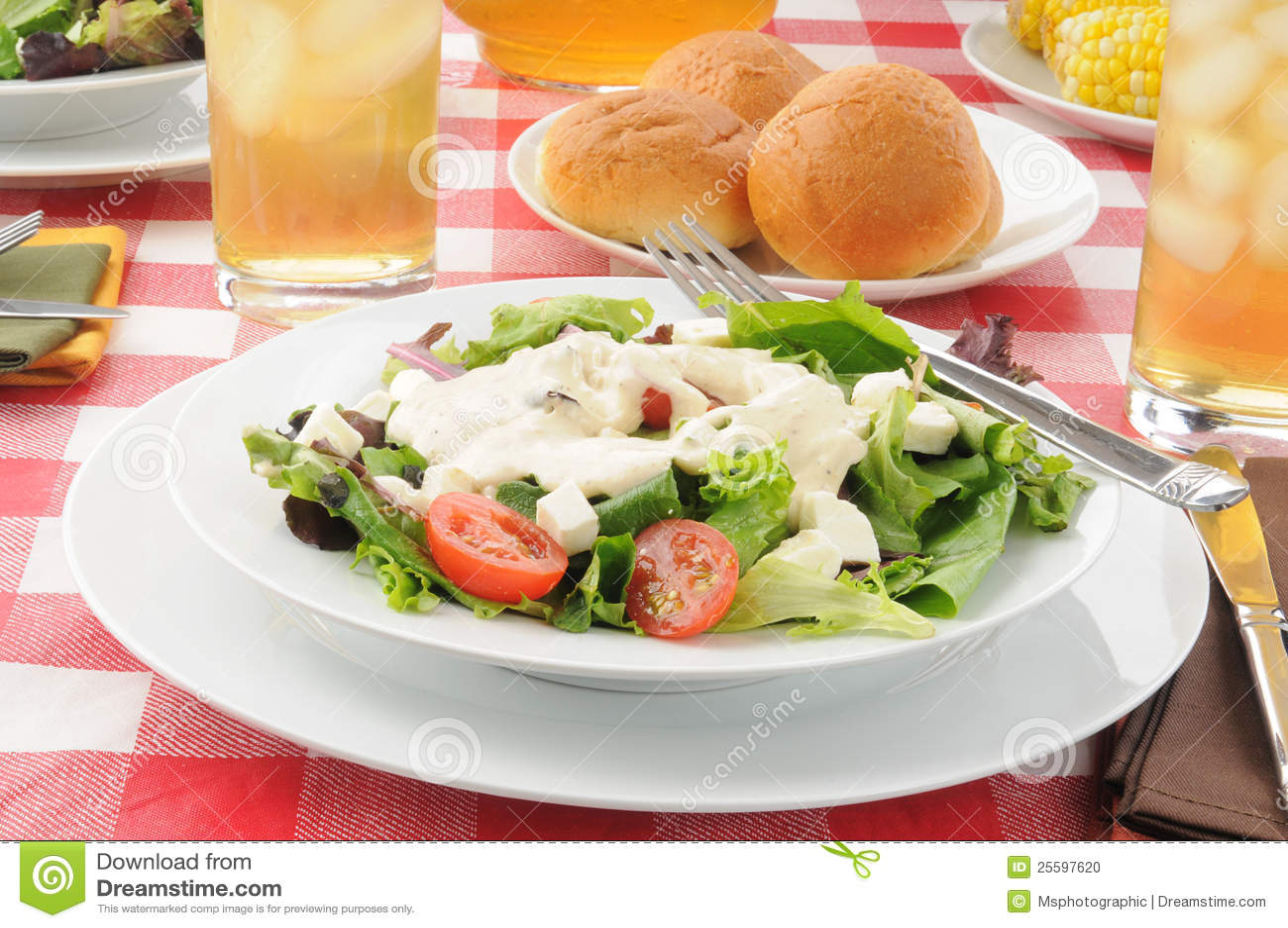 Salade jetée en l air avec la rectification de ranch