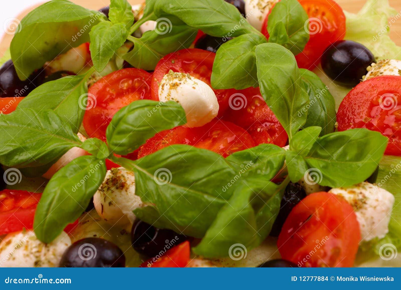 Salade met basilicum, mozarella, olijven en tomaat