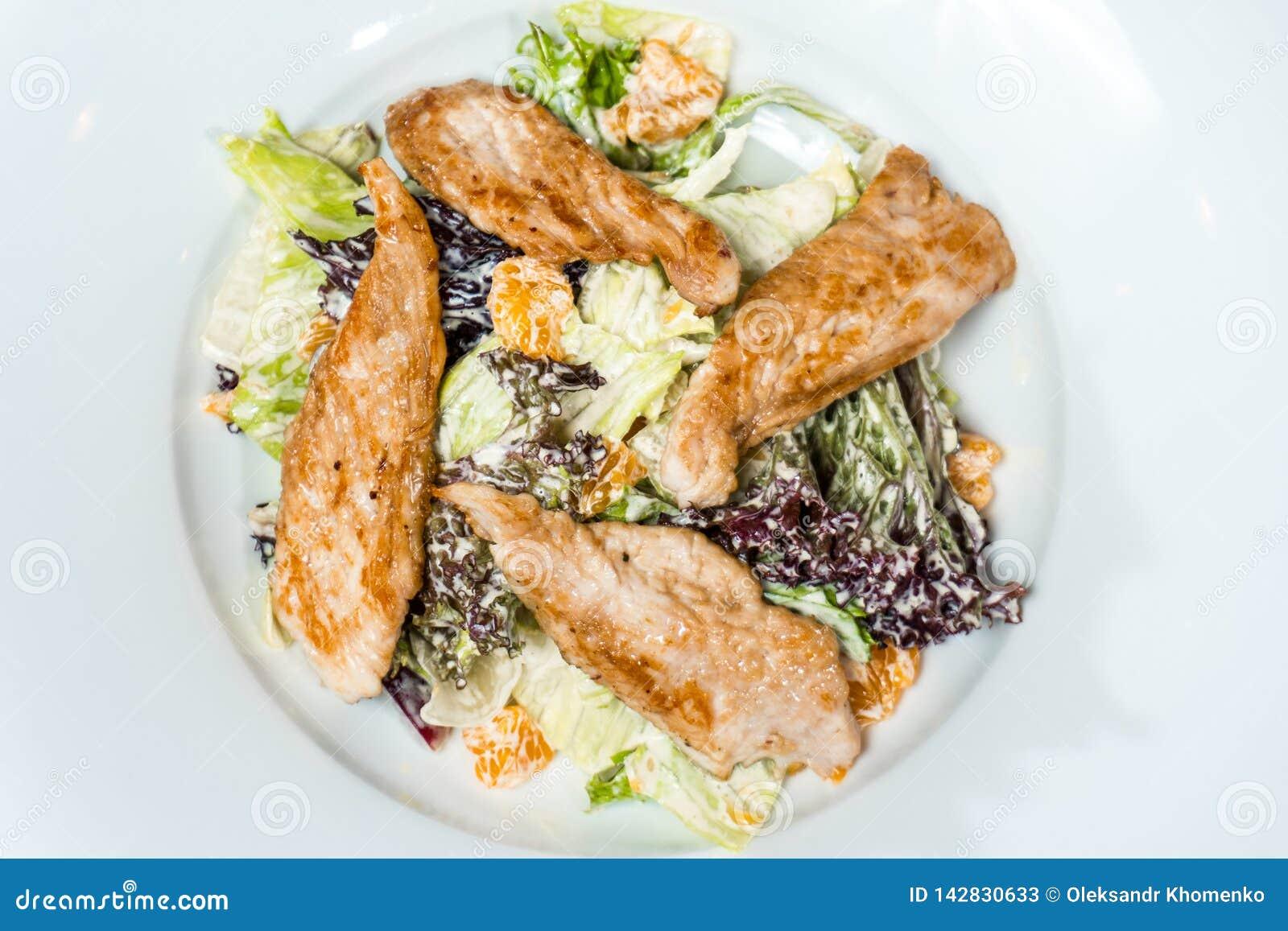 Salade met de roomsaus van het kippenvlees