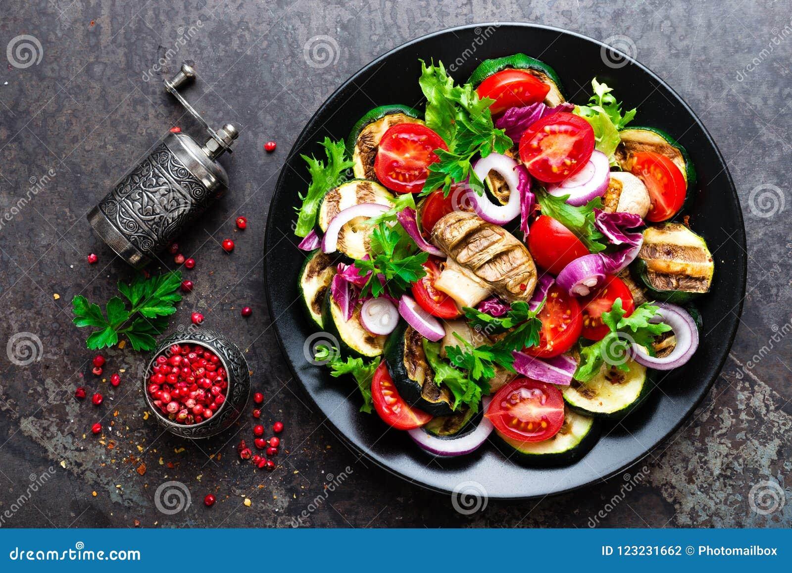 Salade met verse en geroosterde groenten en paddestoelen Plantaardige salade met geroosterde champignons Plantaardige salade op p
