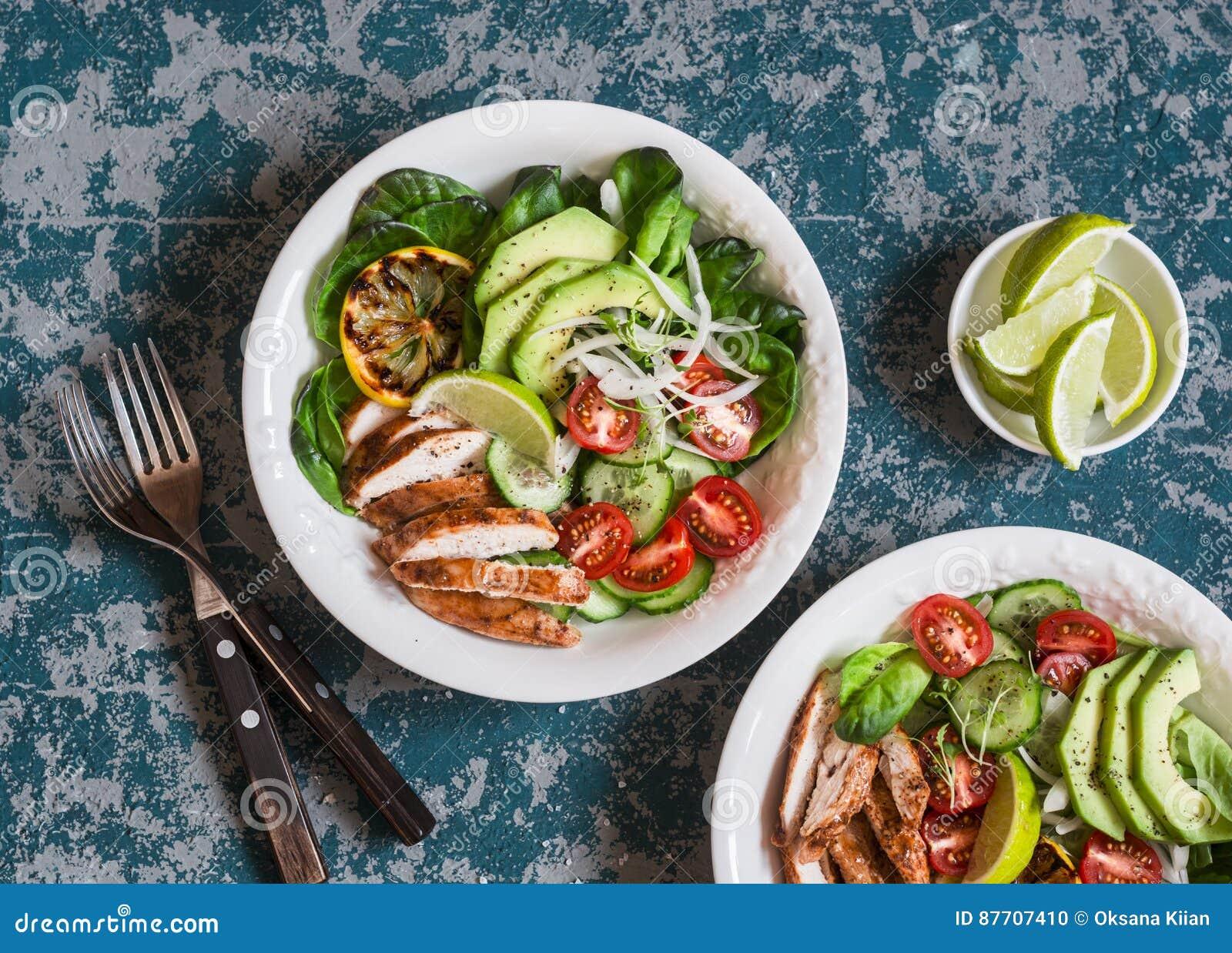 Salade rôtie de poulet, d avocat et de légume frais