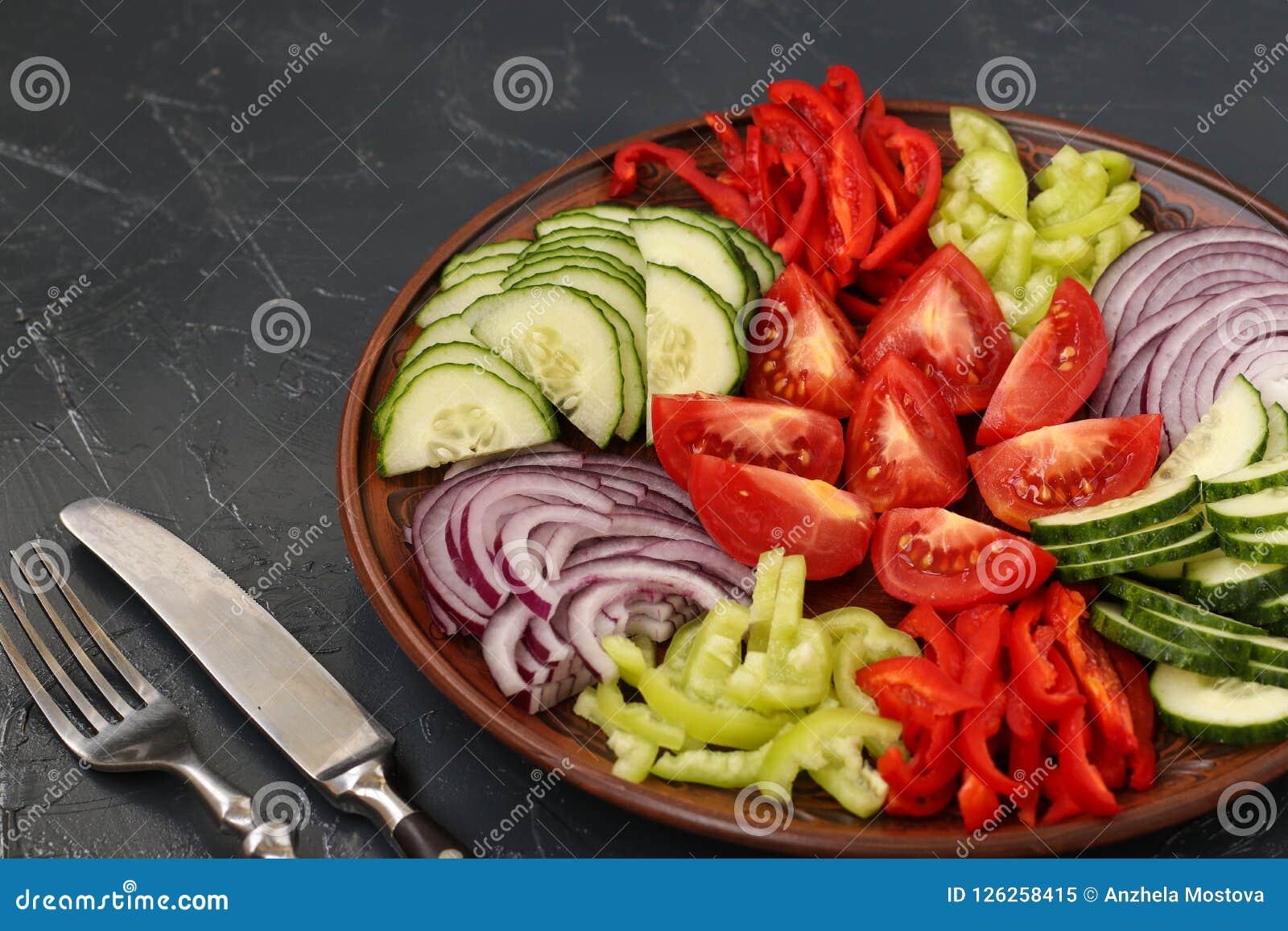 Salade saine de tomate, d oignon rouge, de poivre et de concombres