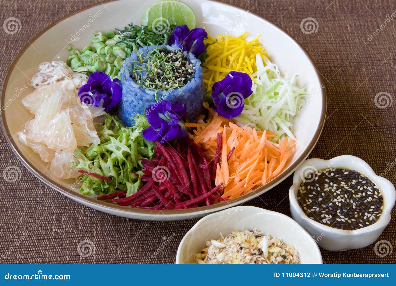 Salade thaïe de riz avec la rectification de sésame