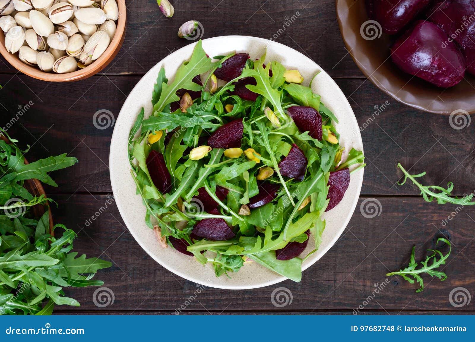 Salade végétale de vitamine de Vegan des betteraves, de l arugula et des pistaches