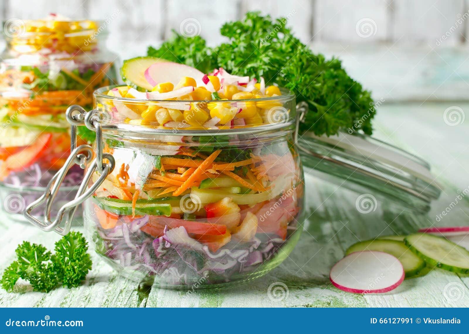 salade v g tarienne d 39 arc en ciel dans un pot en verre pour le pique nique d 39 t image stock. Black Bedroom Furniture Sets. Home Design Ideas