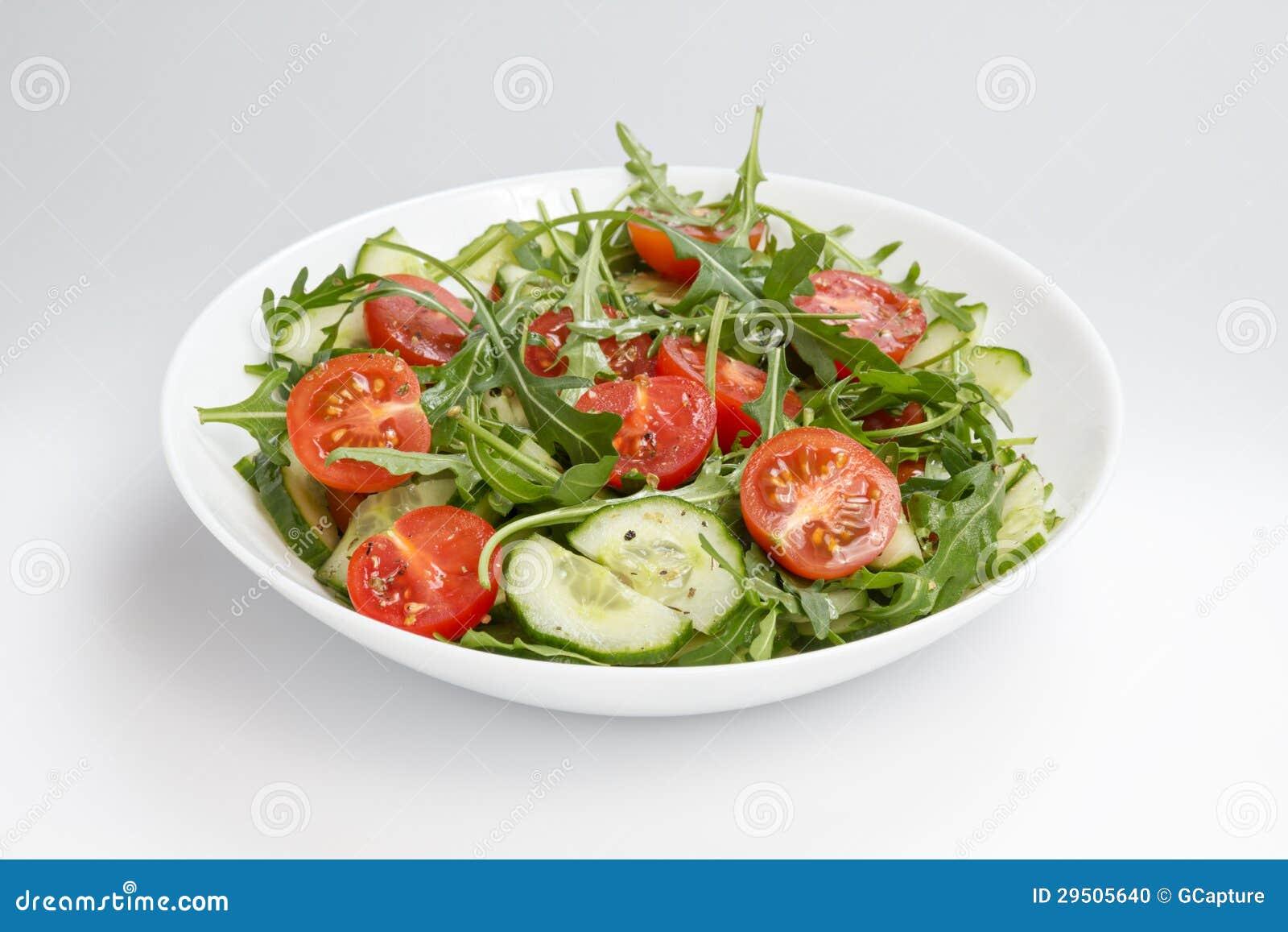 Salade van ruccola, kersentomaten en komkommer