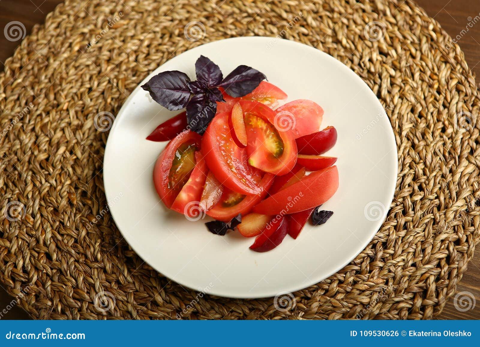 Salade van tomaat en rode pruimen met basilicum voor een gezonde voeding