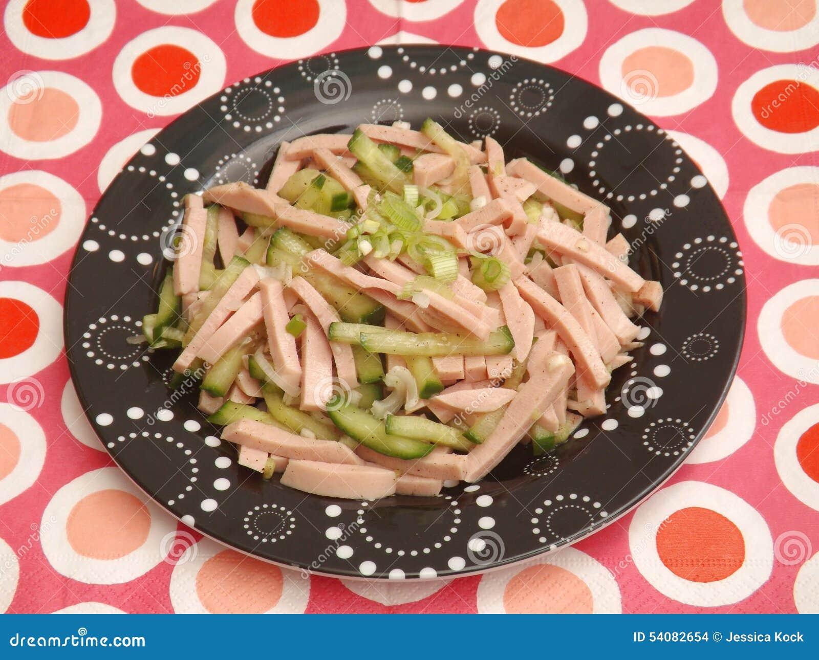 Salade van worst met komkommer