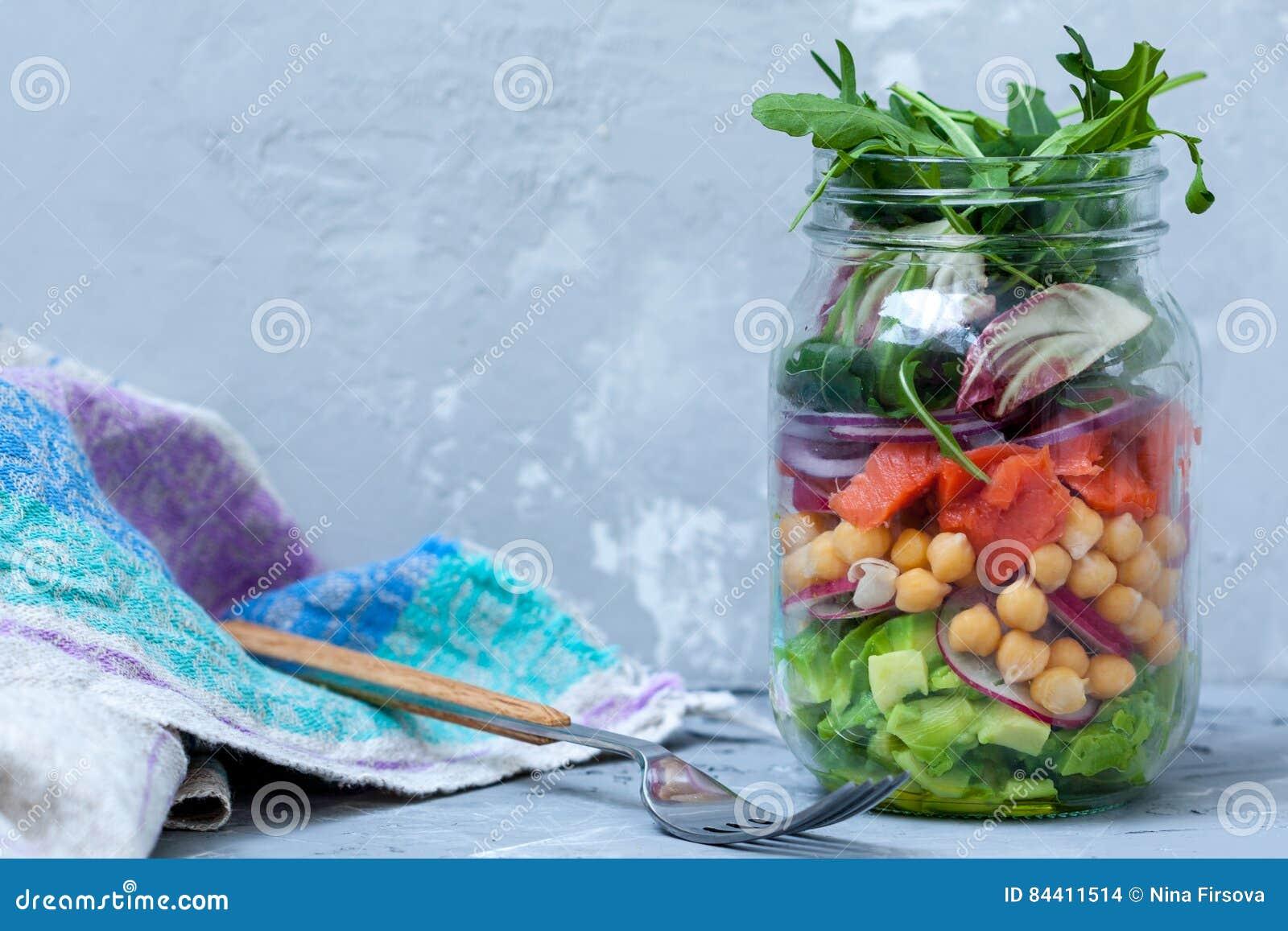 salade verte avec des couches de saumons photo stock - image du