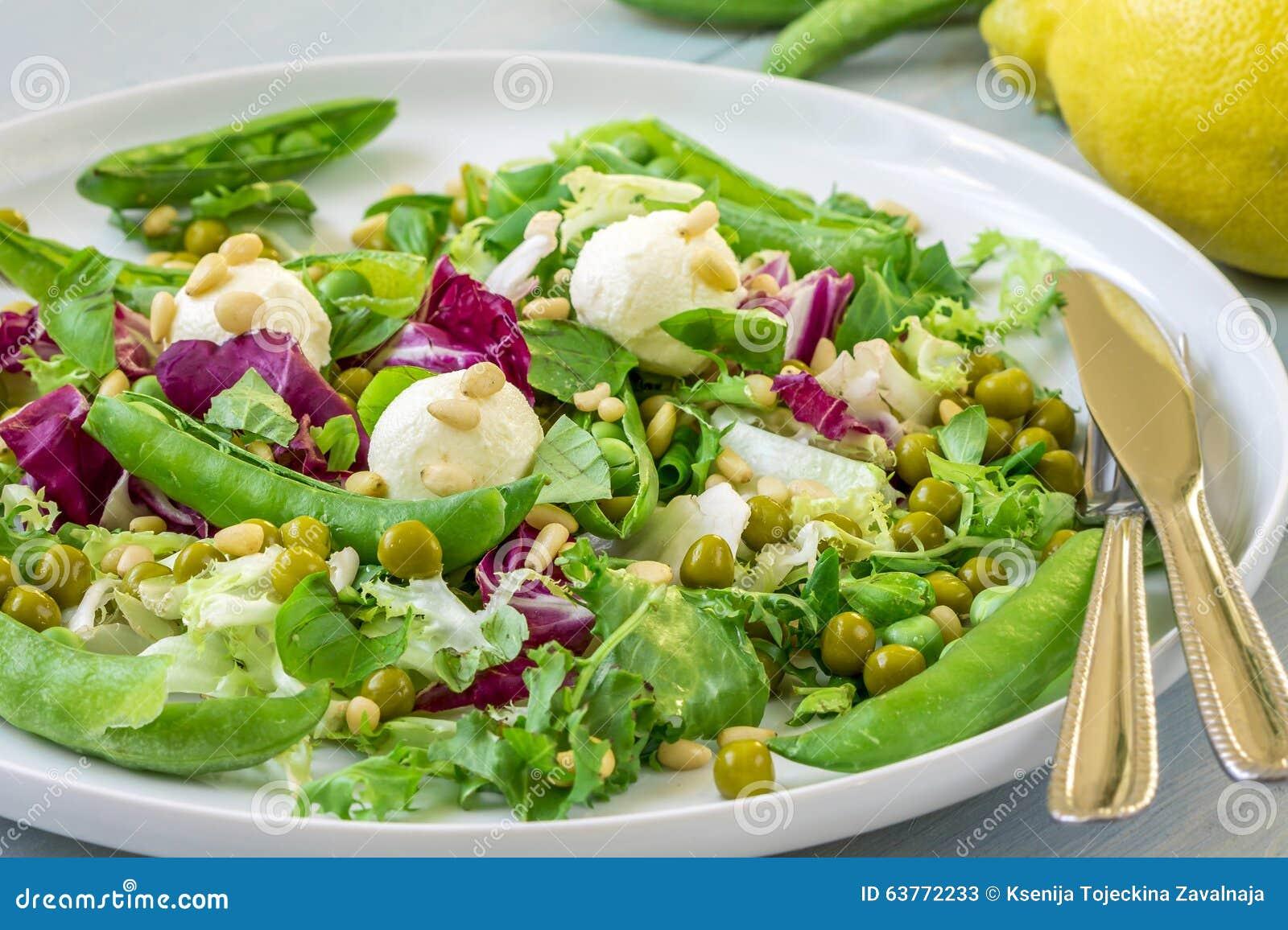 salade verte avec du fromage de mozzarella image stock - image du