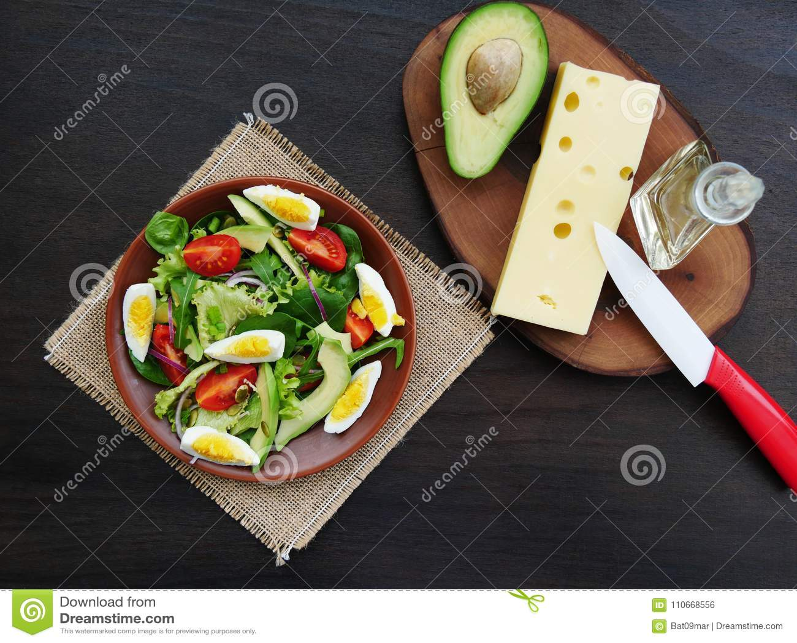 salade verte avec l'arugula, épinards de bébé, avocat photo stock