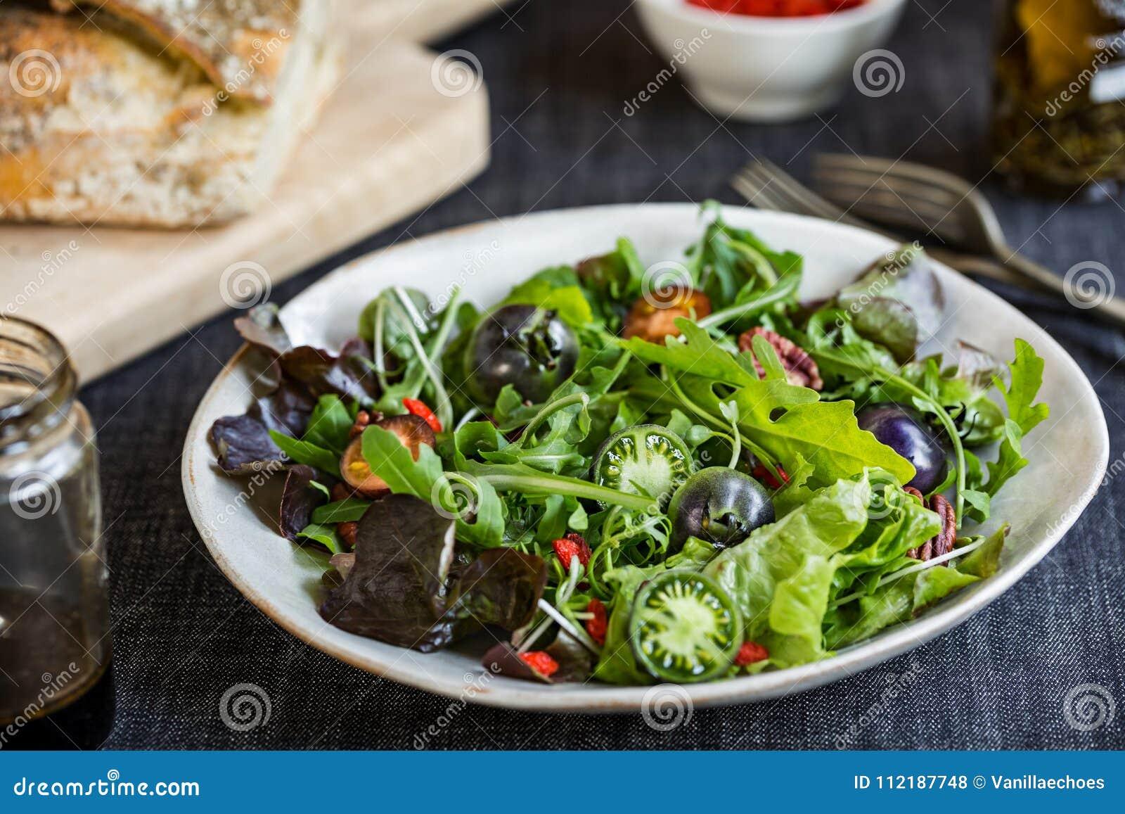 salade verte avec la baie verte de tomates, de noix de pécan et de