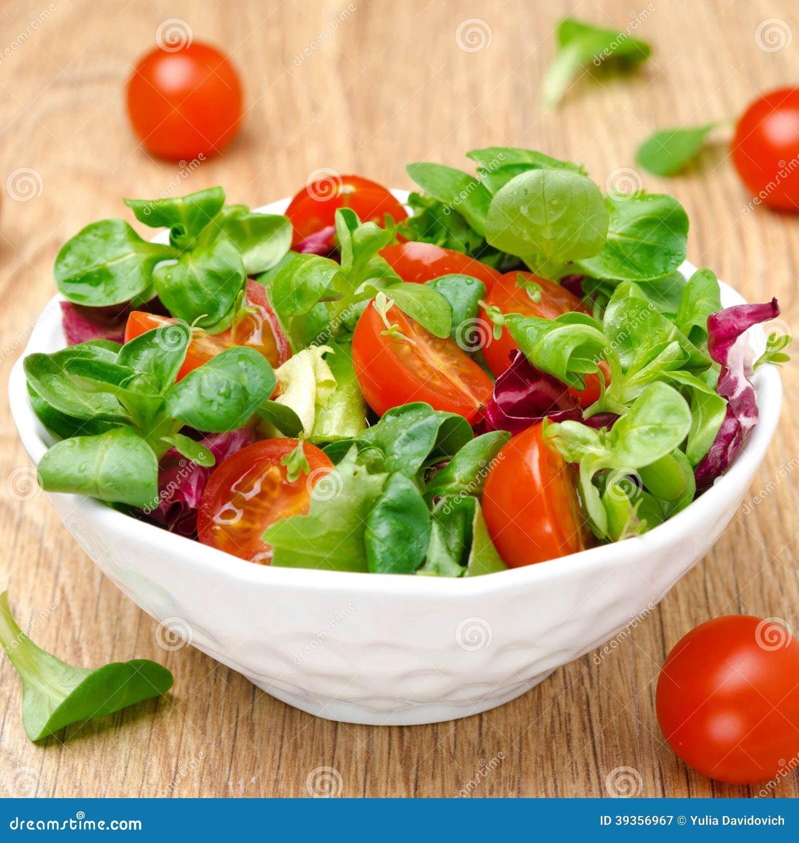 Salade verte et tomates cerises dans une cuvette photo stock image 39356967 - Salade verte calorie ...
