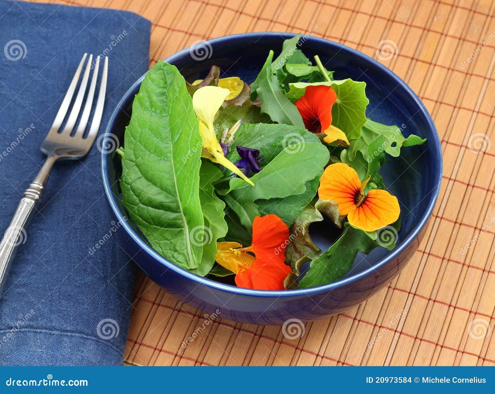 salade verte organique saine avec les fleurs comestibles photo stock