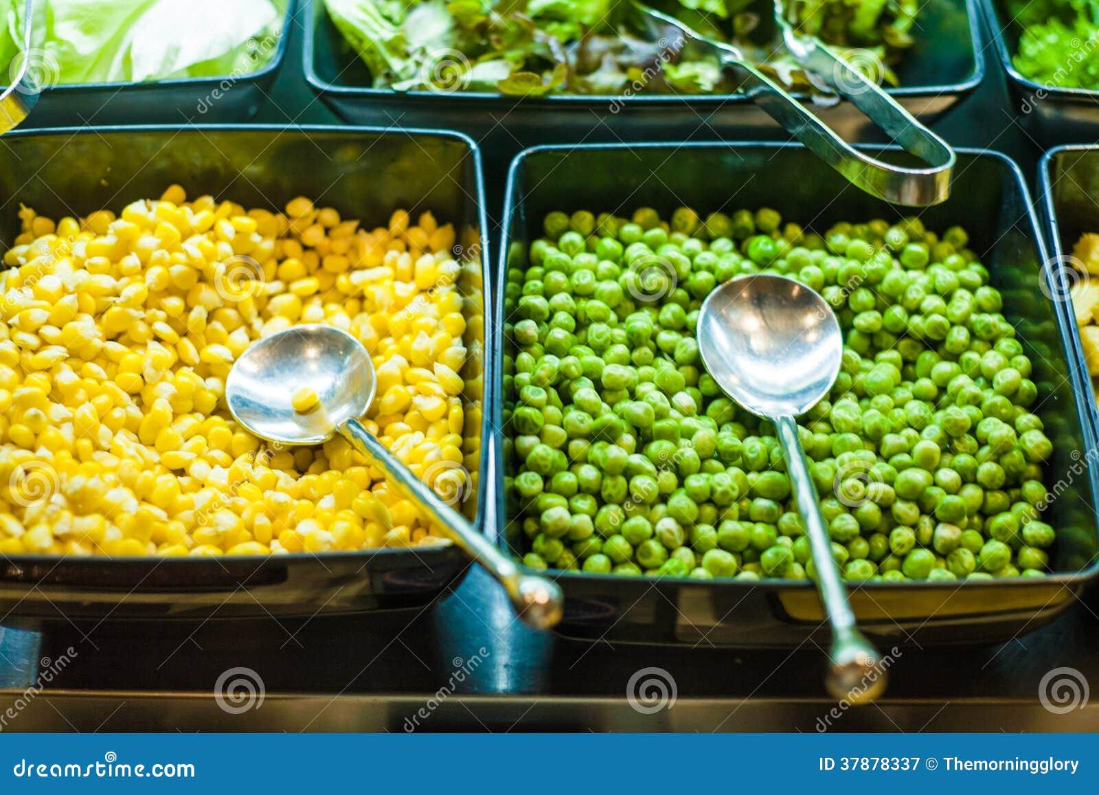 Saladebar met groenten in het restaurant