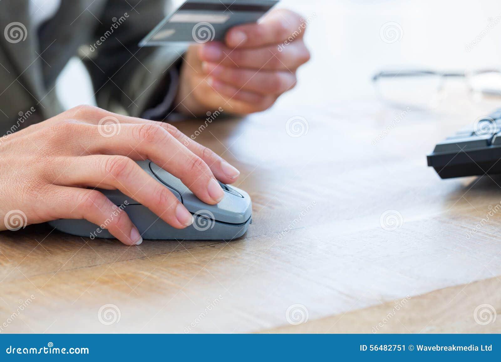 Salaire d homme d affaires avec la carte de crédit dans l Internet