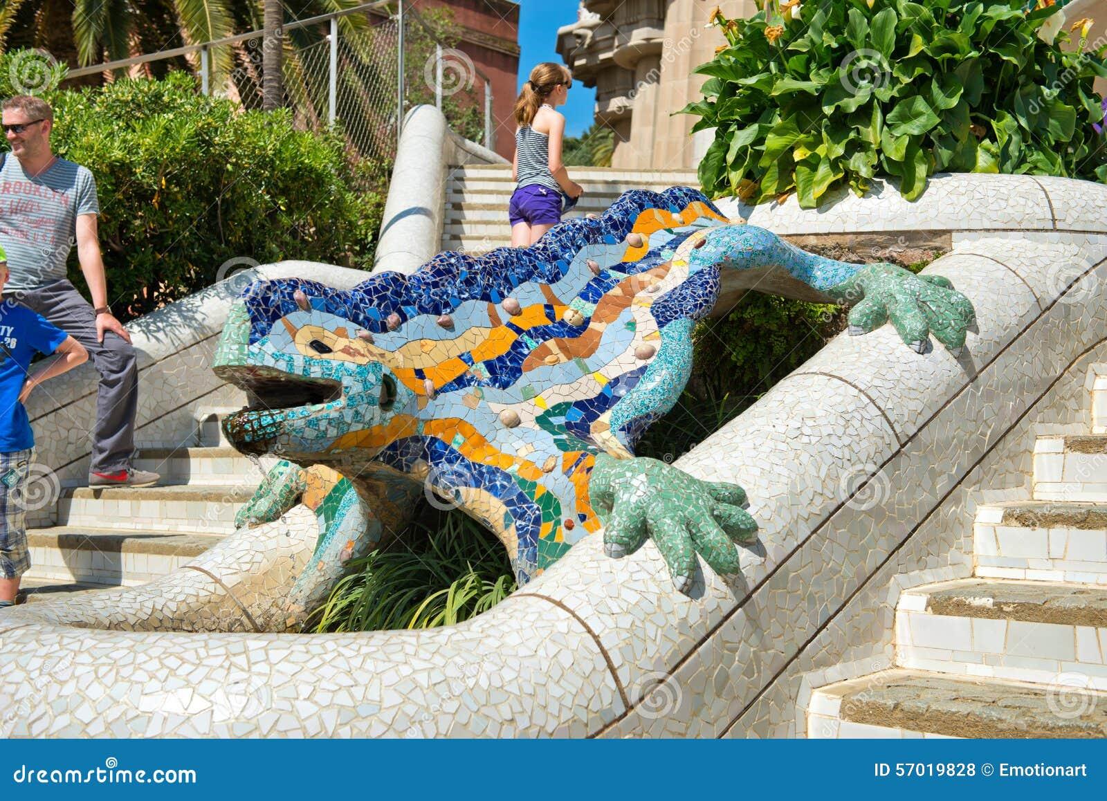 Salamandra Del Mosaico En Parc Guell Barcelona Foto De
