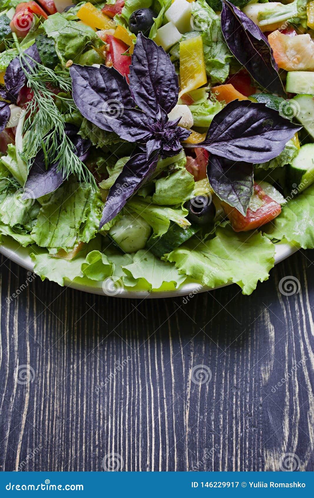 Salame, presunto e salada cortada e vegetais do queijo Espremendo a salsicha e a carne curada em uma tabela festiva