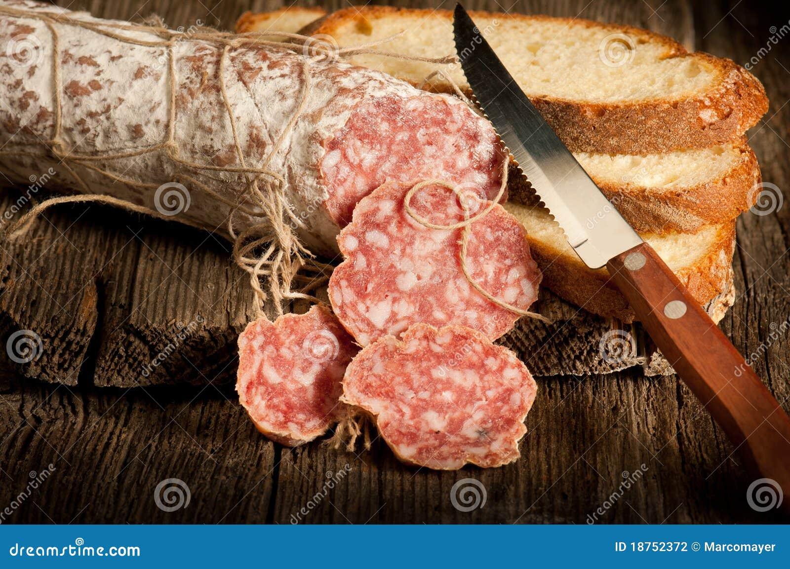Salami italiano com pão da fatia