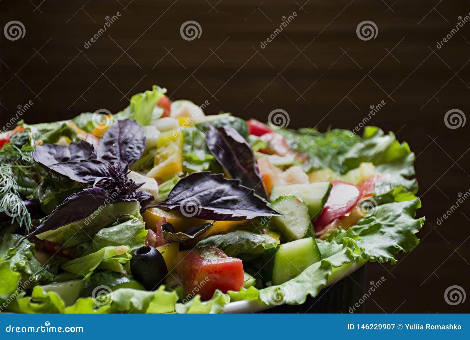 Salami, jamón y ensalada cortada y verduras del queso Exprimir la salchicha y la carne curada en una tabla festiva