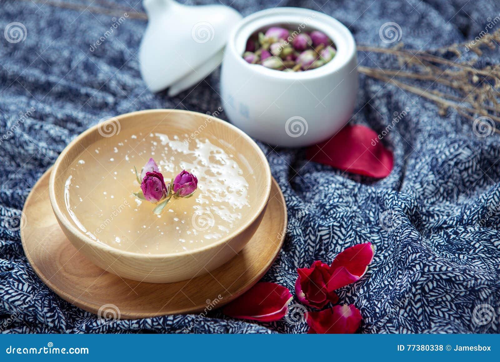 Salanganes或bird& x27甜汤; 在木碗的s巢在restau