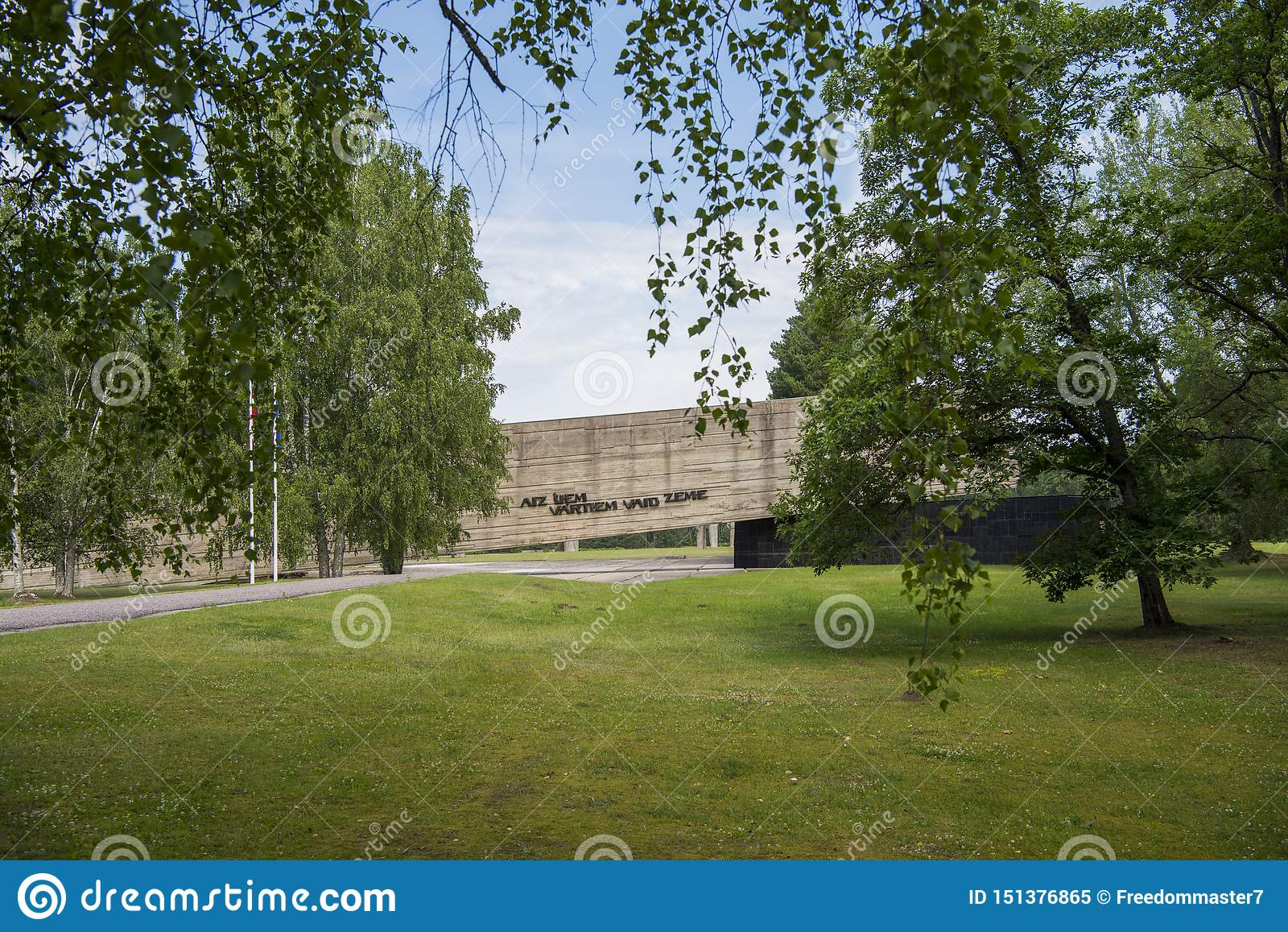 Salaspils, Letonia - 19 de junio de 2019: Monumentos en el conjunto conmemorativo de Salaspils El monumento está situado en el lu