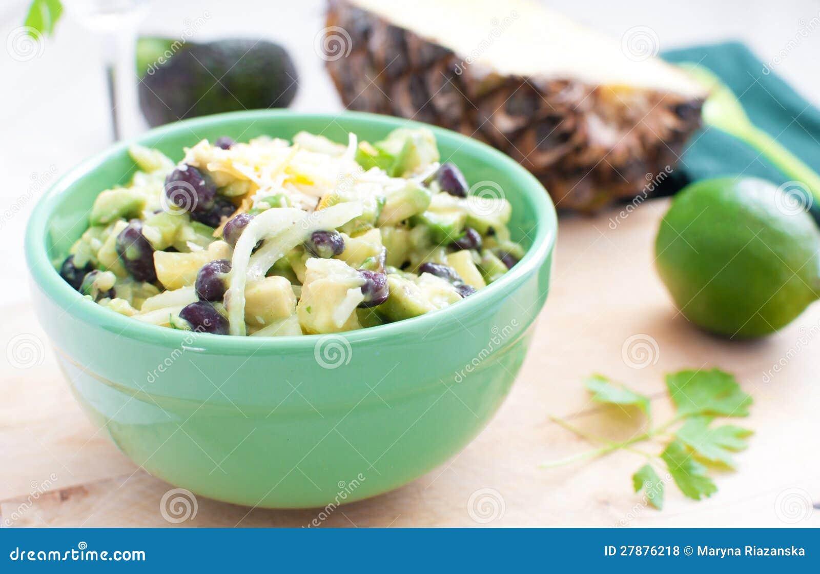Salat mit Avocados, Ananas, schwarze Bohnen