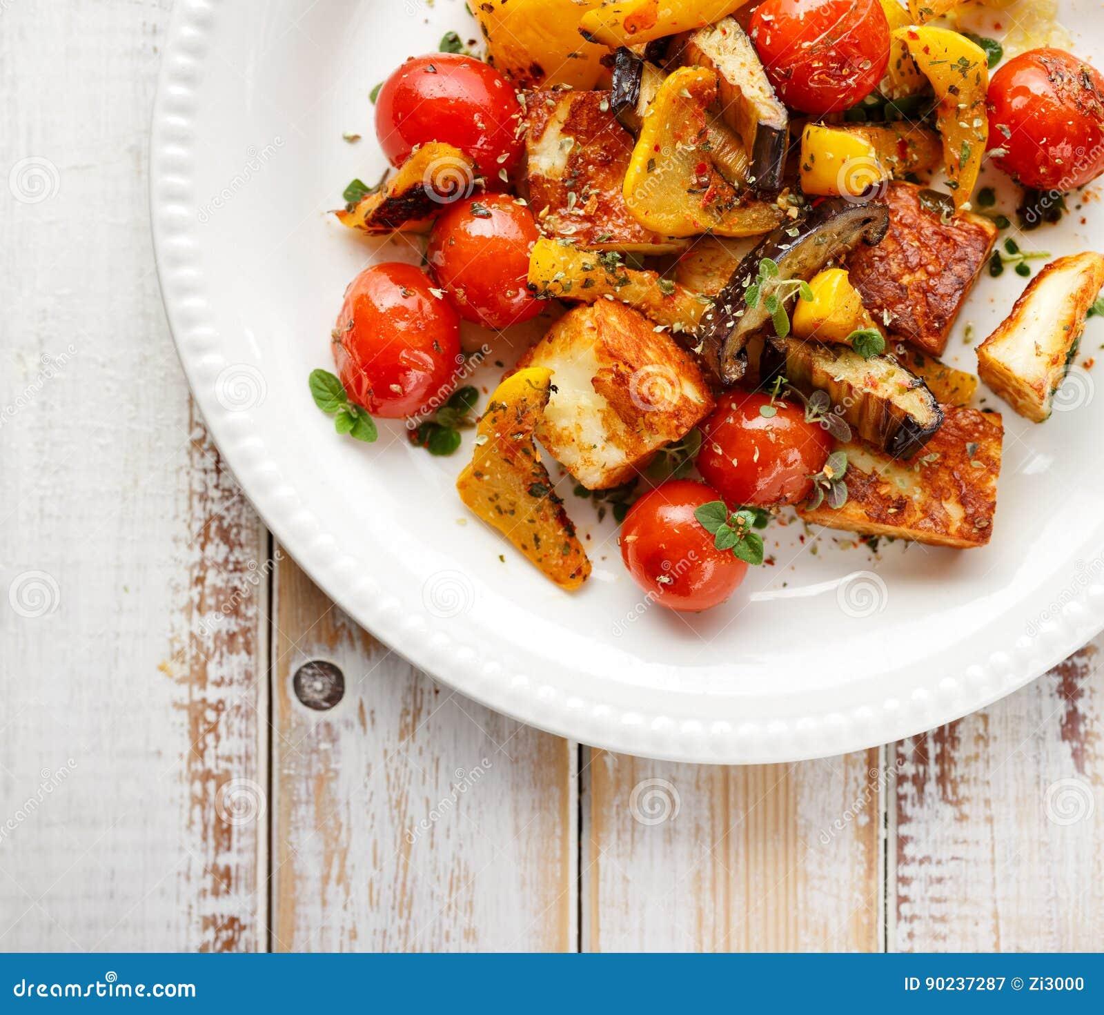 Salat mit gegrilltem halloumi Käse und Gemüse