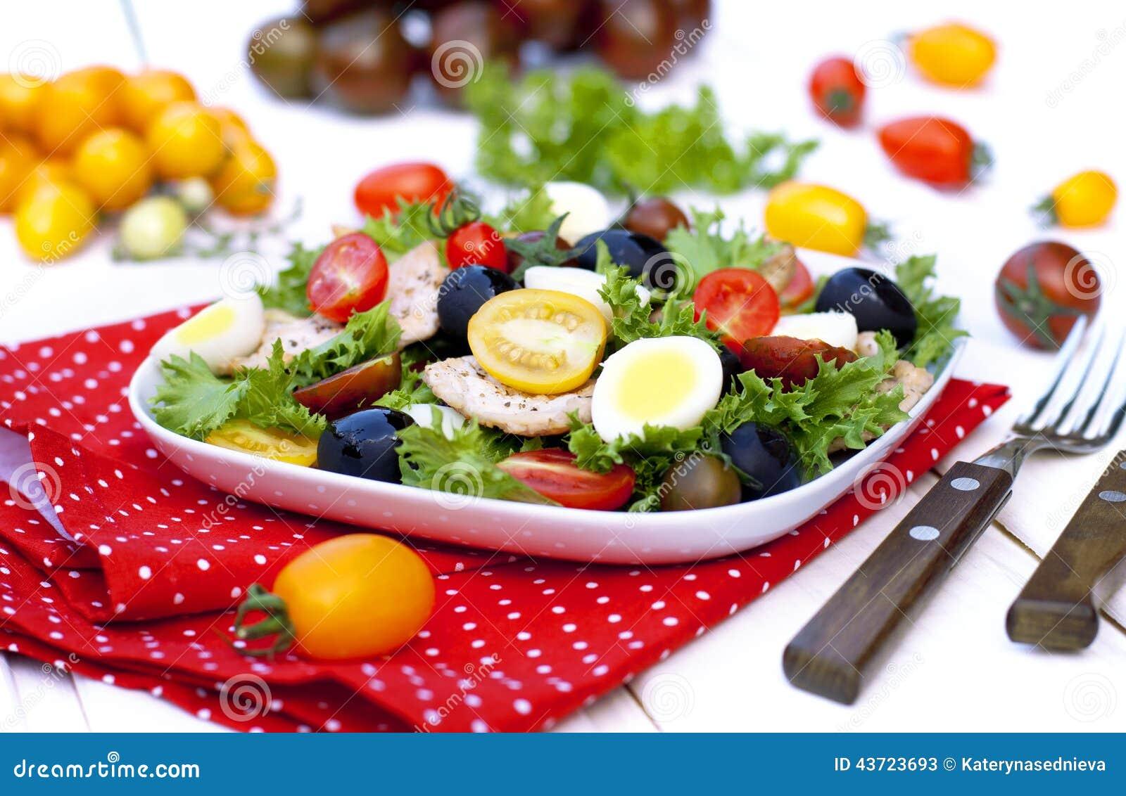 Salat mit Gemüse und der Hühnerbrust