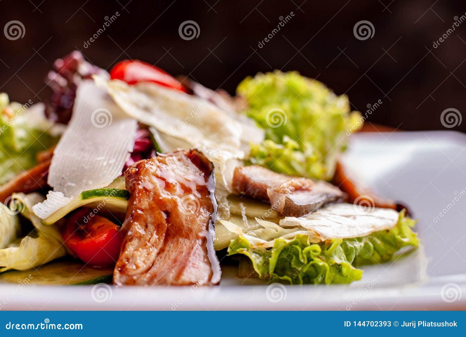 Salat mit ger?uchertem Wels, Karotten und Misobehandlung Die Arbeit eines Berufschefs Teller von einer Restaurant Nahaufnahme