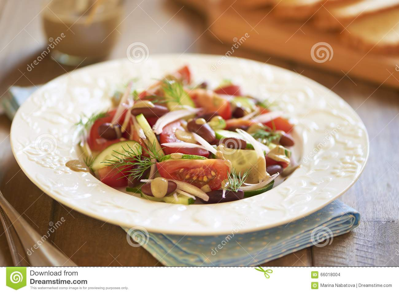 salat mit tomaten gurken zwiebel bohnen und thunfisch sauce stockfoto bild von. Black Bedroom Furniture Sets. Home Design Ideas