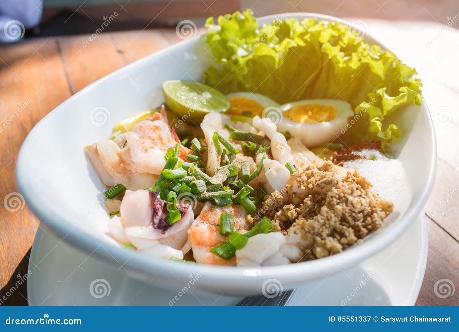 Salatbestandteil Meeresfrüchte der Draufsicht würziger mit Kalmargarnelenfischen und thailändischem Lebensmittel des Eies