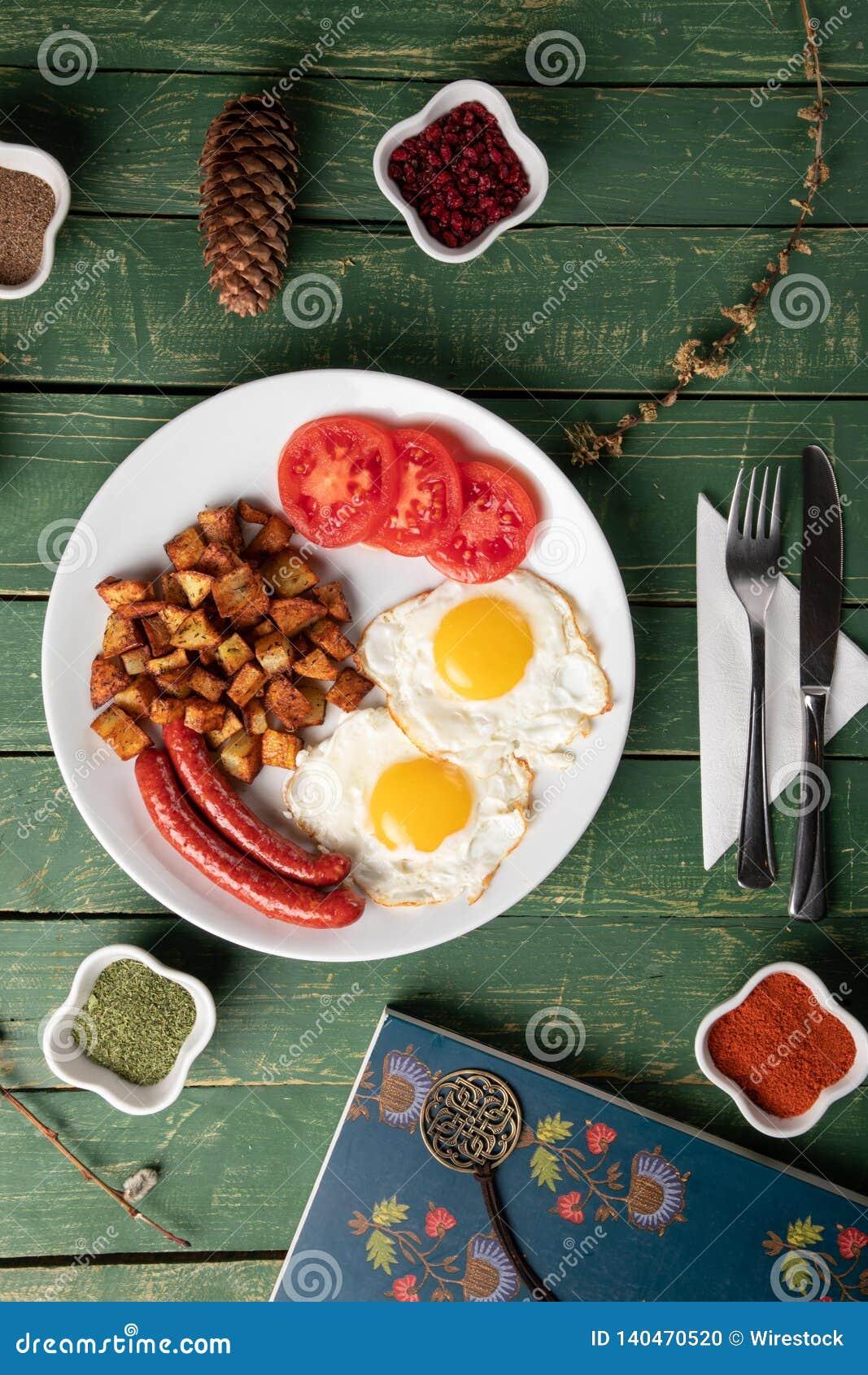 Salchicha cocida con los huevos y la patata