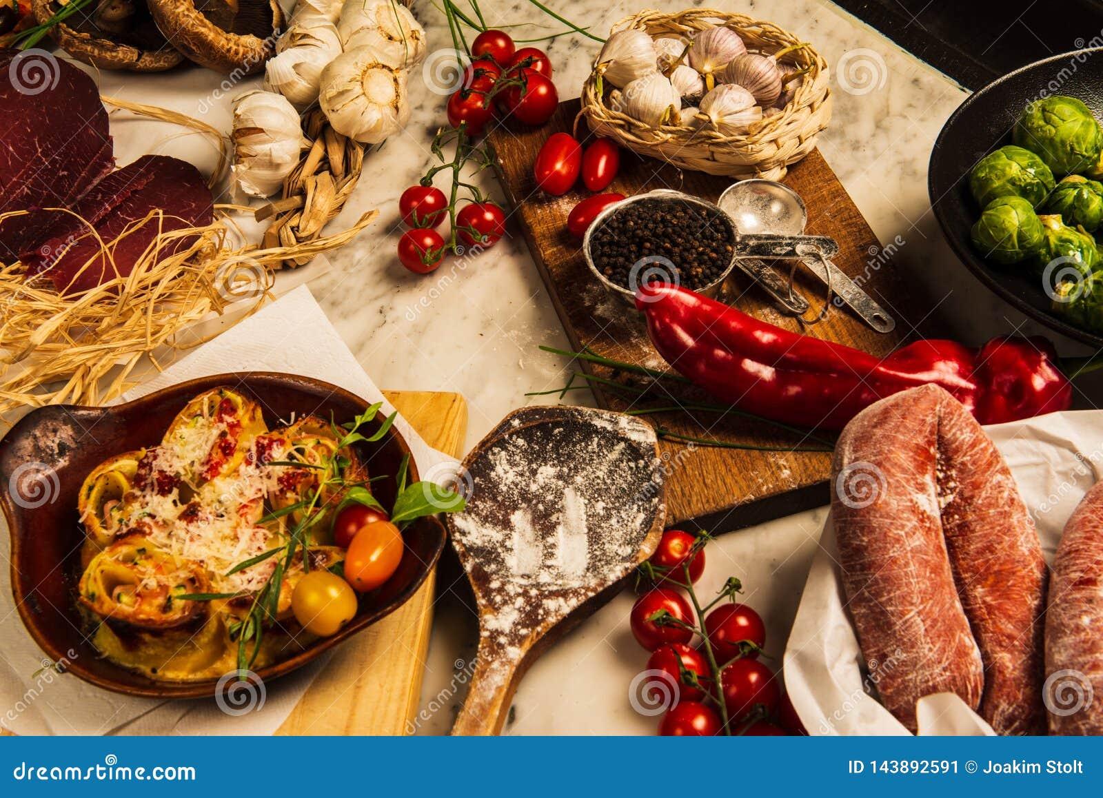Salchichas, pastas y coles de Bruselas