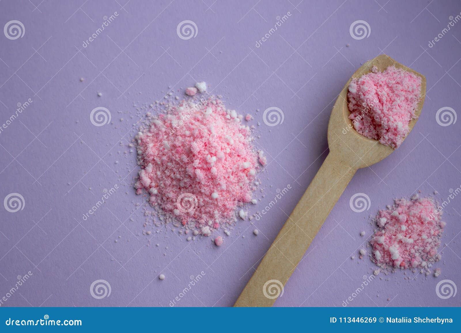 Bagno Lilla E Rosa : Sale da bagno della rosa di rosa con il cucchiaio di legno su