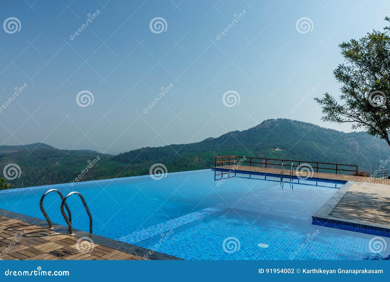 Salem, Yercaud, Indien, am 29. April 2017: Swimmingpool auf eine Hügelstation