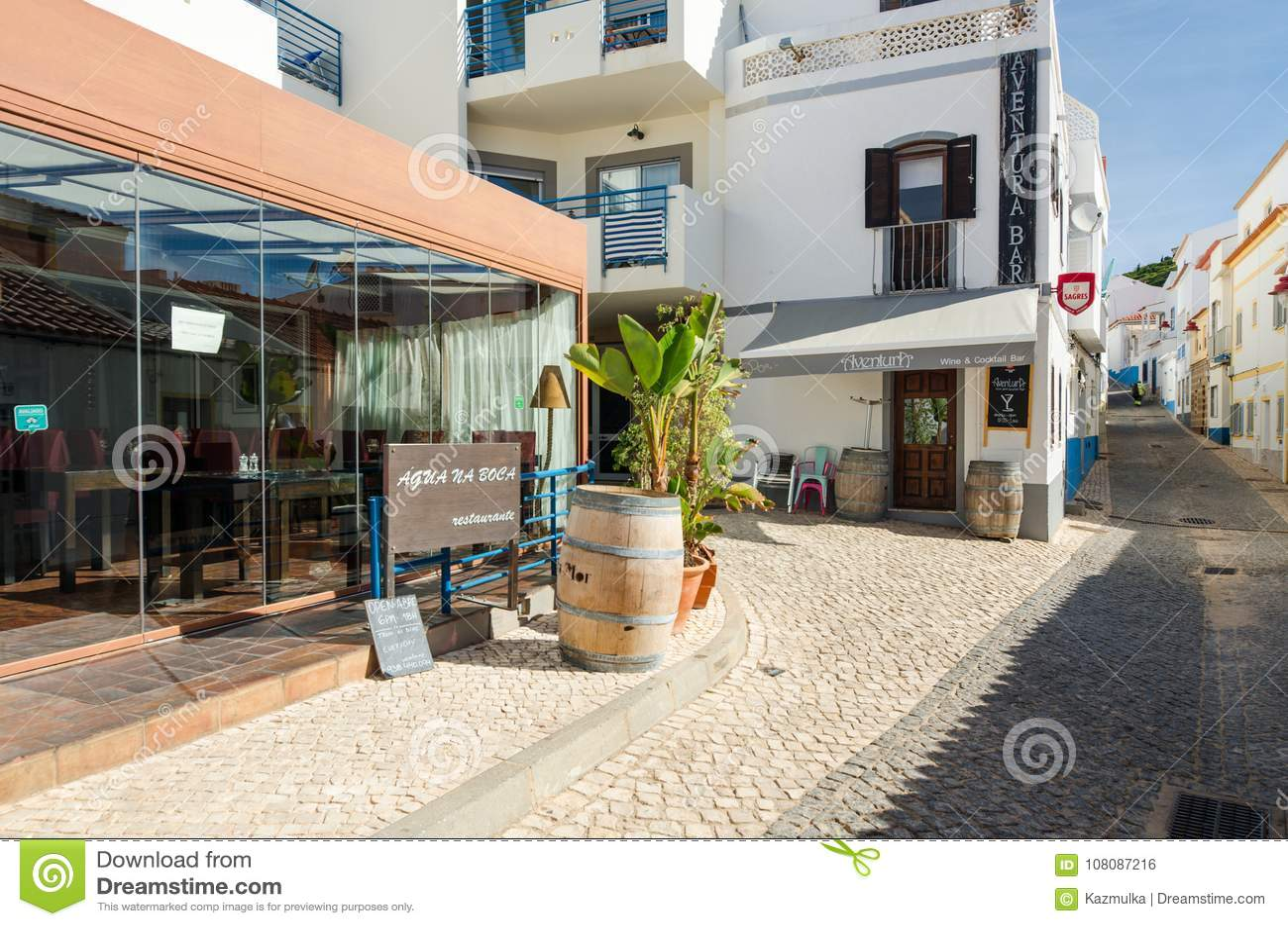 SALEMA, ALGARVE/PORTUGAL - 14 SEPTEMBRE 2017 : Salema, rue avec des barres et des restaurants Salema, Portugal, en septembre, 14,