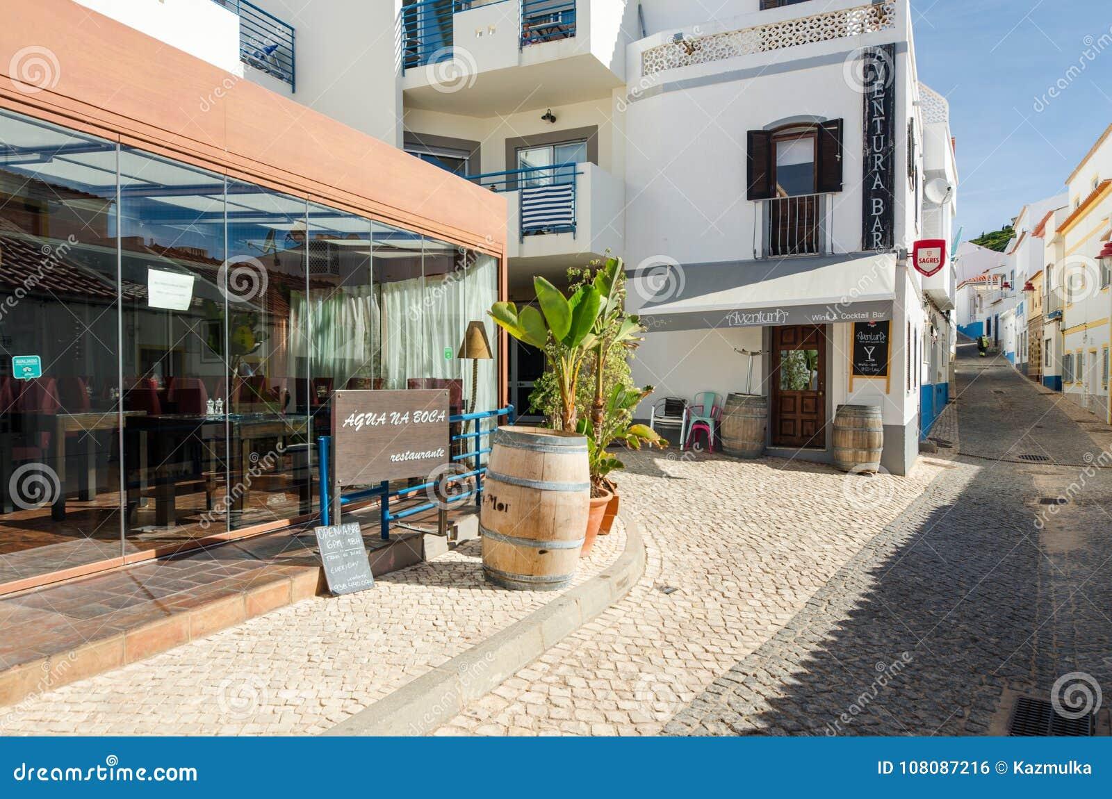 SALEMA, ALGARVE/PORTUGAL - WRZESIEŃ 14, 2017: Salema, ulica z barami i restauracjami Salema, Portugalia, na Wrześniu, 14, 2017