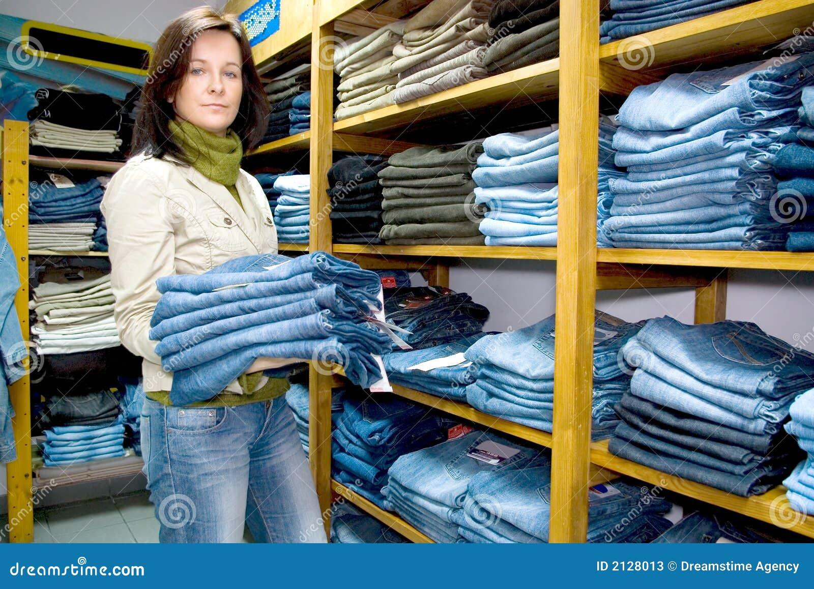 Saleslady no calças de brim desgasta a loja